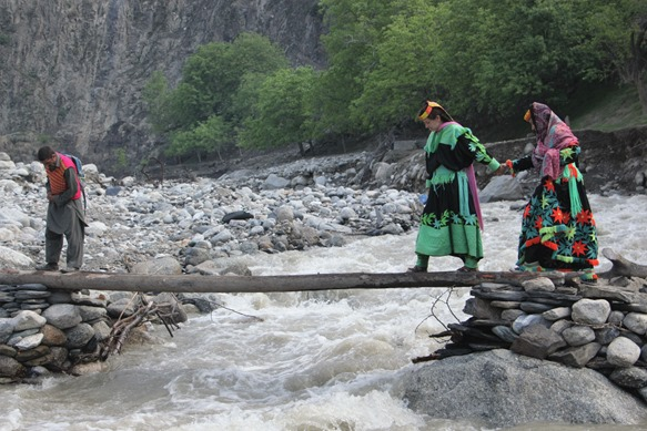 Girls are crossing link bridge at Rukmu